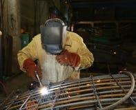 焊工在工厂 工作者焊接阀门 免版税库存照片