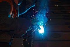 焊工在特写镜头工作的工作,加入分开与焊接 免版税库存图片