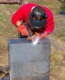 焊工在金属电镀电弧焊接上把缝放 库存照片