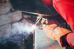 焊工在金属电镀电弧焊接上把缝放 库存图片