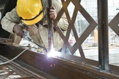 焊工在建造场所焊接了装饰低碳钢 免版税库存照片
