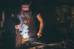 焊工工业汽车零件在工厂 免版税库存图片