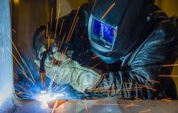 焊工工业汽车零件在工厂 免版税库存照片