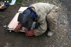 焊工工作者焊接金属 明亮的电弧和火花 免版税库存照片