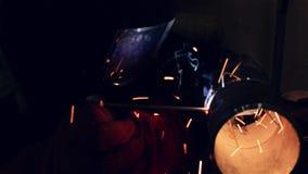 焊工焊接一个钢管零件使用电焊在工厂 股票录像