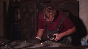 焊工焊接金属篱芭在没有防毒面具的车间在慢动作 股票录像