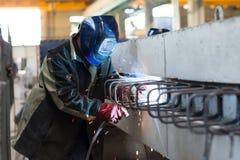 焊工焊接金属零件 图库摄影