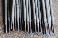 焊工焊接金属 免版税库存照片