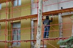 焊工运转在房子的大厦 免版税库存照片