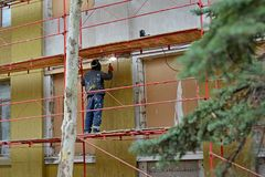 焊工运转在房子的大厦 免版税图库摄影
