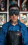 焊工玻璃和衬衣的被刺字的人 图库摄影