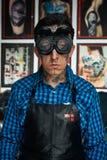焊工玻璃的纹身花刺艺术家在演播室 免版税库存照片