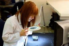 焊接一张电路板的妇女在她的技术办公室 关闭女性工程师 库存照片