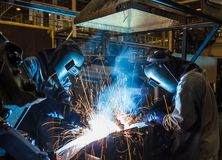 焊接与火花 免版税库存照片