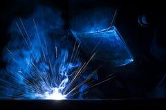 焊接使用MIG/MAG焊工 库存图片