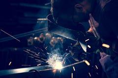 焊接使用MIG/MAG焊工 库存照片