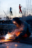 焊接和明亮的火花 免版税库存照片