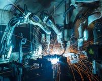 焊接在汽车工厂的机器人 免版税库存照片