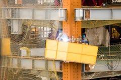 焊接在站点的建筑工人 免版税图库摄影