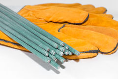 焊接手套的电极在白色背景的焊工的 免版税图库摄影