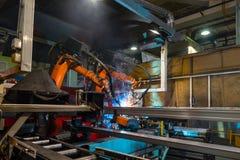 焊接机器人焊接金属零件 库存图片