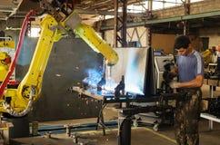 焊接机器人的工作 库存照片