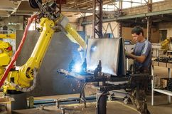 焊接机器人的工作 免版税库存图片
