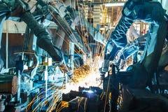 焊接机器人运动在汽车工厂 库存照片