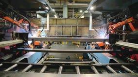 焊接机器人,焊接金属外形的过程 股票录像