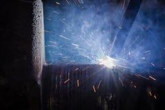 焊接由自动焊接过程的修理轴 免版税库存照片