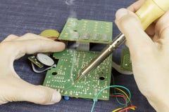 焊接电子元件的工程师 免版税库存照片