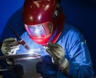 焊接的工作在手工氩弧焊旁边 库存照片