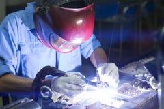 焊接的工作在手工氩弧焊旁边 免版税库存图片