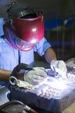 焊接的工作在手工氩弧焊旁边 免版税库存照片