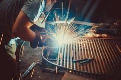 焊接的工作 架设技术钢工业钢焊工在工厂 免版税图库摄影