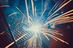 焊接的工作 架设技术钢工业钢焊工在工厂 库存图片