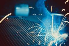 焊接的工作 架设技术钢工业 库存照片