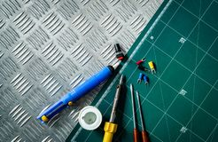 焊接的工具 焊铁,焊接的导线,螺丝刀短管轴,solderless被绝缘的锹终端在工业投入了 免版税库存照片