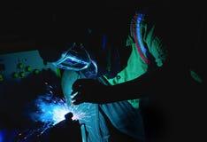 焊接的钢结构和明亮的火花在钢建筑 免版税库存照片
