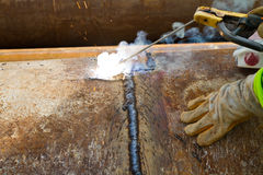 焊接管子的工作者 免版税图库摄影