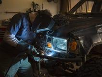 焊接车的防撞器的人 库存照片