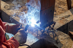 焊接金属和木头由电极有明亮的电弧的 库存照片