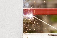 焊接金属和木头由电极有明亮的电弧的 免版税库存照片