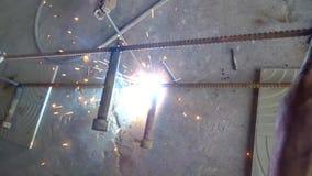 焊接金属棒的人 影视素材