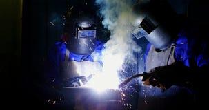 焊接金属的焊工