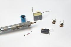 焊铁的片段和电子几个组分  库存照片