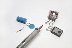 焊铁的片段和电子几个组分  免版税库存照片