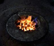 焦炭火准备熔化铁 免版税库存照片