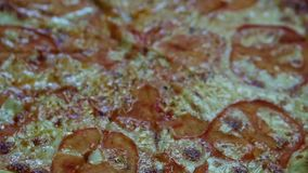 焦点在裁减成切片可口新鲜的比萨用蕃茄 股票视频
