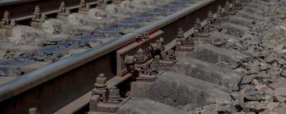 焦点的有选择性的领域 生锈的螺丝和坚果细节在老铁轨 与生锈的基本要点的具体领带 损坏的su 图库摄影